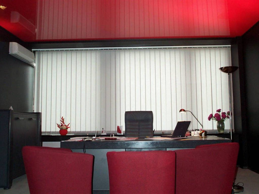 Глянцевый натяжной потолок цена от производителя Ремонтофф. Натяжные потолки в Анапе под ключ.